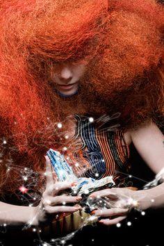 coiffure : cheveux roux crépu, style futuriste