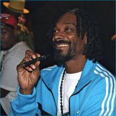 Celebrities Who Smoke E Cigs: Hollywood Loves To Vape - Snoop Dogg