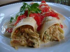 This was quick weeknight meal. It took only minutes to put together. I really liked the sauce on top… Quick Weeknight Meals, Quick Easy Meals, Chicken Enchilladas, What Is For Dinner, Mexican Food Recipes, Ethnic Recipes, How To Cook Chicken, Enchiladas, Food For Thought