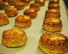 Opiskelijat valmistivat pehmoisia skonsseja.      Nopeatekoiset skonssit voisivat hyvin sopia meidän suomalaistenkin aamiaispöytään... Tasty, Yummy Food, Scones, Baked Potato, Muffin, Potatoes, Baking, Breakfast, Ethnic Recipes