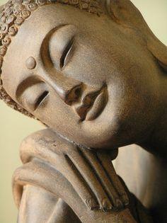 The play of light on the buddha statue really intrigued me Art Buddha, Buddha Face, Buddha Zen, Buddha Painting, Buddha Buddhism, Buddhist Art, Karma Yoga, Buddha Sculpture, Osho