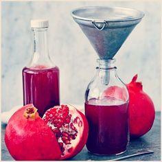 #Recette : Sirop de grenadine maison ! Cocktails, Cocktail Drinks, Antipasto, Tunisian Food, Food Club, Smoothie Drinks, Simple Syrup, Milkshake, Snacks