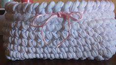 Cesta rectangular tejida a crochet,en trapillo blanco,con adorno de encaje y cordón de cola de ratón rosa.Para tener los pañales de bebé a mano,y en un lugar bonito.E.Parra
