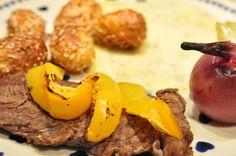 Grillede steaks med grillet peberfrugt, sesamkartofler og bagte løg