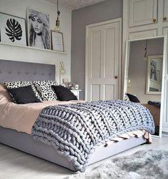 deco-chambre-fille-en-rose-et-gris-mur-blanc-et-gris-linge-maison-noir-gris-et-rose-clair-décoration-mur-photographies-plaid-gris-tapis-gris