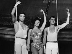 TRAPÈZE _ Burt Lancaster, Gino Lollobrigida et Tony Curtis, superbe trio pour cette histoire d'un trapéziste qui à la suite d'un accident, renonce à sa carrière . Simple accessoiriste il rencontre le jeune Tino qui lui demande de lui apprendre le triple saut… - Carol reed tourne le film à Paris, au cirque d'hiver, en 1956