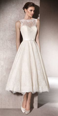 Short, bohemian wedding dress, flared and in Chantilly, with a spectacular sweetheart neckline under a semi-sheer yoke with crew neckline.