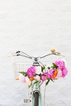 Basket Gifts A DIY gift for the active mom: this lovely floral bike basket Diy Flowers, Beautiful Flowers, Flower Diy, Rose Flowers, Spring Flowers, Flower Power, Mother's Day Activities, Diy Inspiration, Jumping For Joy