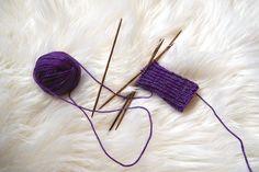 Bündchen aus lila Wolle gestrickt