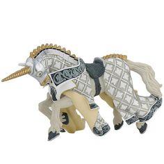 Sur son cheval, le maître des armes cimier licorne part au combat, armé pour en découdre avec l'ennemi. Vêtu de sa cotte de maille, de son armure et coiffé de son superbe heaume à cimier, il a revêtu sa majestueuse cape blanc et argent. Il est armé de son épée et de son bouclier portant son emblème : une licorne, symbole de puissance et de pureté. Son cheval a longuement été préparé et porte un caparaçon qui le protège des coups ennemis. Le chanfrein est surmonté d'une tête de licorne…