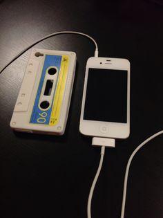Vendo iPhone 4S bianco 32 GB a 520 €.  Tenuto in maniera maniacale.  Ancora in garanzia. Includo tutti gli accessori originali (cuffie con microfono, caricabatterie, ecc.), conservati nella scatola originale in perfette condizioni, e una custodia a forma di musicassetta.  Lo vendo per passare all'iPhone 5.  (Non sono interessato a scambi).