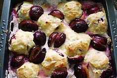 Gebackene Zwetschkenknödel No Cook Desserts, Cookie Desserts, Fruit Recipes, Baking Recipes, Plum Dumplings, German Baking, Austrian Recipes, Prune, Albondigas