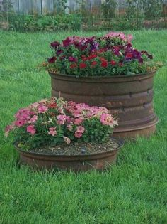 Rusty tractor wheels, awesome idea  need to find me a few of these~~~