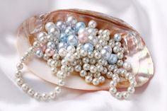 Pērles veidojas, perlamutram kārtām uzslāņojoties citai virs citas. Jo kārtu vairāk un perlamutra slānis biezāks, jo pērle skaistāka, mirdzošāka, gaismu izstarojošāka, ar īpašu dziļumu.