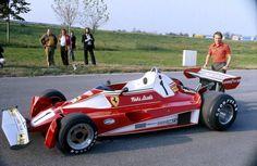Niki Lauda (AUT) posa ao lado de sua Ferrari nos testes realizados em Monza (ITA) em 1976.