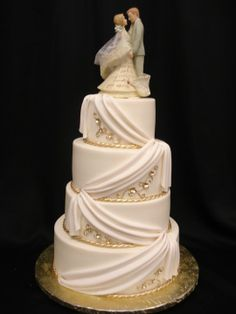 White and gold cake design by Party Flavors Custom Cakes