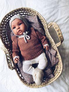 Dette er den digitale version af dukkehæftet. Du modtager en pdf-fil på mail. Du kan finde den trykte version her. Mille Fryd Knitwear Dukkestrik indeholder 10 designs til Asi Dukken på 46 cm. Hæftet indeholder 7 af mine allerede kendte designs og 3 helt nye designs. Birk Cardigan, Camille Bluse, Camille Cardigan, Edit Doll Wardrobe, Baby Born, Baby Knitting, Baby Car Seats, Doll Clothes, Knitwear, Crochet Hats, Dolls, Digital