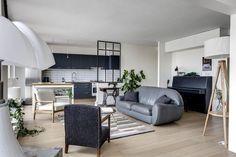 Lampe Pipistrello, canapé gris de la propriétaire, fauteuil de famille retapissé en tissu tweed gris, lampadaire La Redoute Intérieurs