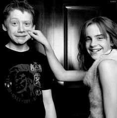 Hermione Granger and Ron Weasley Harry James Potter, Photo Harry Potter, Harry Potter Icons, Mundo Harry Potter, Harry Potter Tumblr, Harry Potter Pictures, Harry Potter Aesthetic, Harry Potter Hermione, Harry Potter Characters