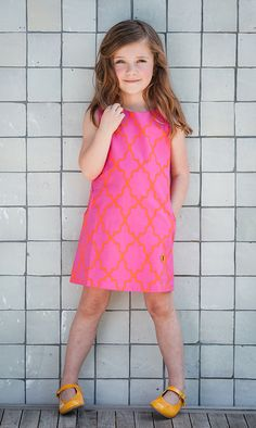 De zoetste: Isa Sorbet in fuchsia roze en opvallend oranje dessin. De favoriete kleurencombi in de #sixties. Maakt van elk meisje een snoepje!  #kinderkleding #jurkjes #zomerjurkje #ouders #retro #dresses #kids #parents #roze #fuchsia #pink #orange #oranje