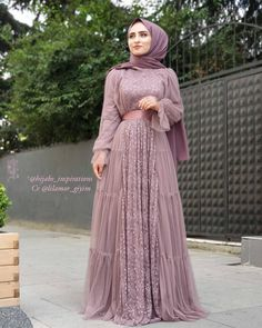 Image may contain: one or more people, people standing and outdoor Hijab Evening Dress, Hijab Dress Party, Beaded Evening Gowns, Prom Dresses With Sleeves, Simple Dresses, Stylish Dresses, Beautiful Dresses, Abaya Fashion, Muslim Fashion