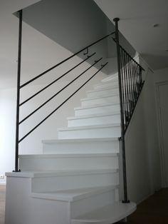 Sécurisation d'un escalier en bois laqué blanc par garde-corps en acier et sandows de couleur noire.  www.fmachline.com