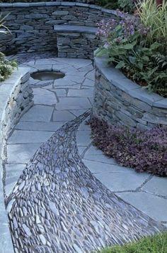 Ein herrlich angelegter Steingarten und am Ende des Weges Traumdusche von www.wellness-stock.de/gartendusche wäre ein Traum - einmaliger steingarten bauen außenarchitektur ideen