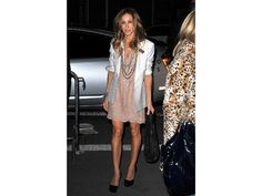 So simple and pretty! Sarah Jessica Parker hit the NYC streets in a blush scalloped lace dress and crisp white blazer, both by Stella McCartney, and a bevy of beaded necklaces in March Carrie Bradshaw Outfits, Carrie Bradshaw Style, Sarah Jessica Parker, Fashion Mode, Look Fashion, Olsen Fashion, Tokyo Fashion, Petite Fashion, Curvy Fashion