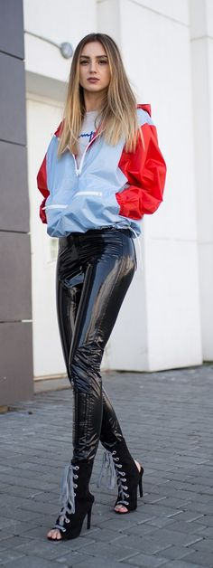 Black PVC pants paired with blue and red windbreaker for cool, casual look. Leggings Brilhantes, Vinyl Leggings, Leggings Are Not Pants, Leggings Fashion, Pvc Fashion, Ideias Fashion, Girl Fashion, Womens Fashion, Pvc Trousers