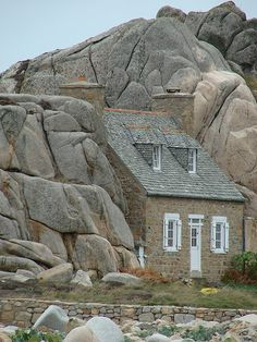 ~Small house built between two rocks - Plougrescant (Brittany, France)~ La petite maison de Plougrescant Beautiful Buildings, Beautiful Homes, Beautiful Places, Unusual Buildings, Small Houses, Little Houses, Unusual Homes, Cabins And Cottages, Stone Houses