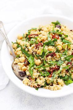 Sun Dried Tomato Quinoa Salad - This mediterranean quinoa salad is such a yummy meal prep lunch idea! Gluten free & vegan.