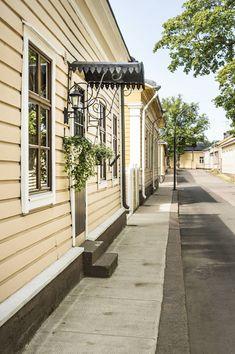 Talon pääovi aukeaa suoraan Pikkuympyräkadulle. Oven yläpuolelle on teetetty tyyliin sopiva pieni katos. Talo on maalattu ulkopuolelta beesiksi. Talon alkuperäinen väri on ollut todennäköisesti sama voimakas keltainen kuin naapuritalossa.