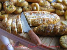 1:12 Sliced Italian Baguette With Knife by CrownJewelMiniatures