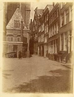 Enge Kerksteeg met Amsterdamse fotoslinks de Oude Kerk