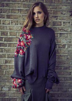 Отделка вышивкой на пуловере из трикотажа