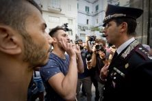 La morte di un sedicenne come Davide Bifolco non è giustificabile. Ma i fatti di Napoli non devono oscurare che ogni giorno poliziotti, carabinieri e finanzierisi trovano a confrontarsi con grandi rischi. E il loro impegno nel garantire la sicurezza non viene premiato. Anzi,dall'esecutivo arrivano solo slogan, senza passi concreti