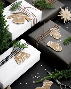 Beautiful & super easy DIY Christmas gift wrapping ideas, using upcycled brown paper & free natural materials to create festive designs that everyone loves! wrapping ideas for christmas diy 21 Free & Gorgeous DIY Christmas Gift Wrapping in 5 Minutes 9 Christmas Gift Wrapping, Diy Christmas Gifts, Holiday Gifts, Christmas Decorations, Cheap Christmas, Christmas Packages, Homemade Christmas, Christmas Recipes, Christmas Foods