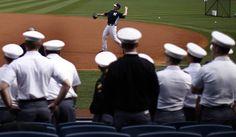 Cadetes de la academia militar de West Point observan a los jugadores de los New York Yankees durante la práctica de bateo en el Yankee Stadium antes de un juego contra los Medias Rojas de Boston, en Nueva York, el 01 de abril de 2013 . | Créditos: REUTERS / Mike Segar