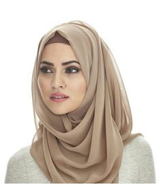 Cute and Fashionable Hijab Styles. Hijab is an essential part of Islam commonly associated with women, to cover their hair and other parts of the body. Gone are the days when women and girls would feel less confident wearing hijab. Hijab A Enfiler, Beau Hijab, Girl Hijab, Hijab Outfit, Hijab Makeup, Hijab Chic, Islamic Fashion, Muslim Fashion, Modest Fashion