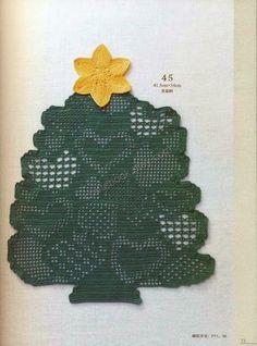 Un magnifico centrino a forma di albero lavorato a filet all'uncinetto, è una decorazione natalizia molto originale.
