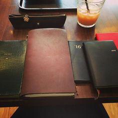 左から、 常にカバンに入れてる仕事プラベごちゃ混ぜ殴り書き手帳 相棒トラベラーズノートちゃん。今はウィークリーがメインで、無地とセクションも。 シール貼りたい欲を解消するための能率手帳ゴールド。 仕事の議事録・備忘録用の能率手帳。 ちらっと見える赤いノートはただのお気に入り。  #手帳会議#トラベラーズノート#TN #能率手帳#能率手帳ゴールド#赤いノート #趣味#スケジュール管理できてないけど #ぼっち#楽しい