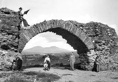 Το Παλαιοχριστιανικό Γεφύρι της Πυλαίας στις αρχές του 20ου αιώνα.Ένωνε την Πυλαία με τον Χορτιάτη.Αποτελούσε τμήμα της Εγνατίας οδού,στην συμβολή της Περιφερειακής τάφρου με το Ελαιόρεμα. Old Bridges, Greek History, Thessaloniki, Macedonia, Athens, Old Photos, Mount Rushmore, Greece, The Past