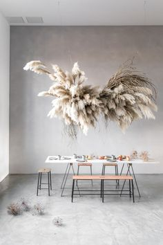 The latest craze taking the floral world by storm is pampas grass. Check out this post to see unique modern ways to use pampas grass. Interior design / home / houses / dinning table Grass Decor, Flower Installation, Deco Floral, Floral Design, Diy Décoration, Decoration Table, My New Room, Event Decor, Interior Inspiration