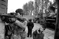 Young Irish boy clearly angered at the presence of British soldiers in his town in the north of Ireland Early British Soldier, British Army, Ian Berry, Northern Ireland Troubles, Fotojournalismus, Images Of Ireland, Army Infantry, Irish American, Royal Marines