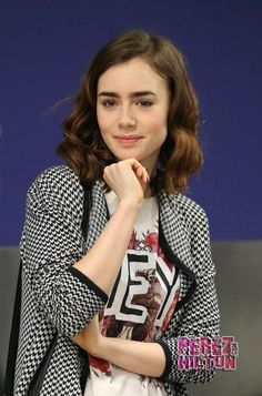 Lily Collins tshirt haircut medoum lenght