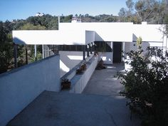 Design and built (he was the general contractor for the project) by Richard Neutra between at 4616 Dundee Drive in LA. Richard Neutra, Celebrity Houses, California Homes, Mid Century House, Modern Architecture, Exterior, House Design, Building, Dundee