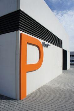 Hospital La Fe de Valencia. Señalización exterior. Rótulo letra corpórea para señalizar entrada a parking.