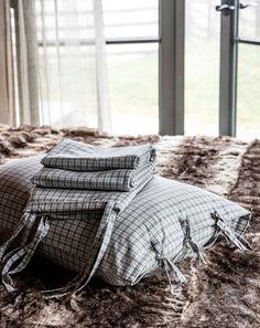 Hold varmen i høstnatten med myke, varme sengesett i flanell og bomull. Fyll sengen med gode, myke puter og kos deg med en god bok på senge...