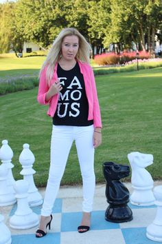 A bit of a throwback lookbook Outfit Posts, My Outfit, Outfit Of The Day, Look Chic, My Wardrobe, White Jeans, Graphic Sweatshirt, My Style, Sweatshirts