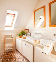 Mueble de baño entero con armarios, lavamanos de Roca, grifería vintage y suelo de gres porcelánico.